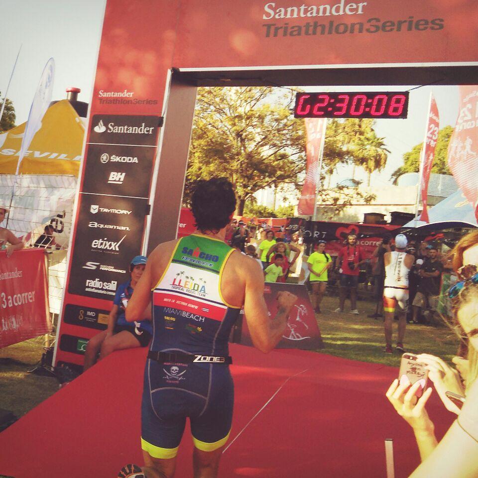 llegada meta Ricardo triatlón Sevilla