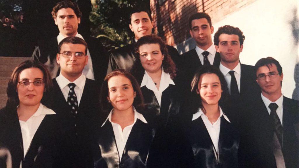 Foto con compañeros graduación en ADE. Barcelona año 2000